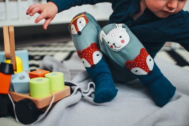 Niña jugando con regalos para niños de más de 3 años