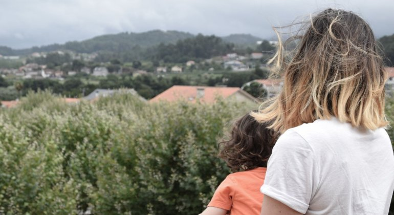 cuando seas madre lo entenderás, madre sujetando a hija mirando el paisaje