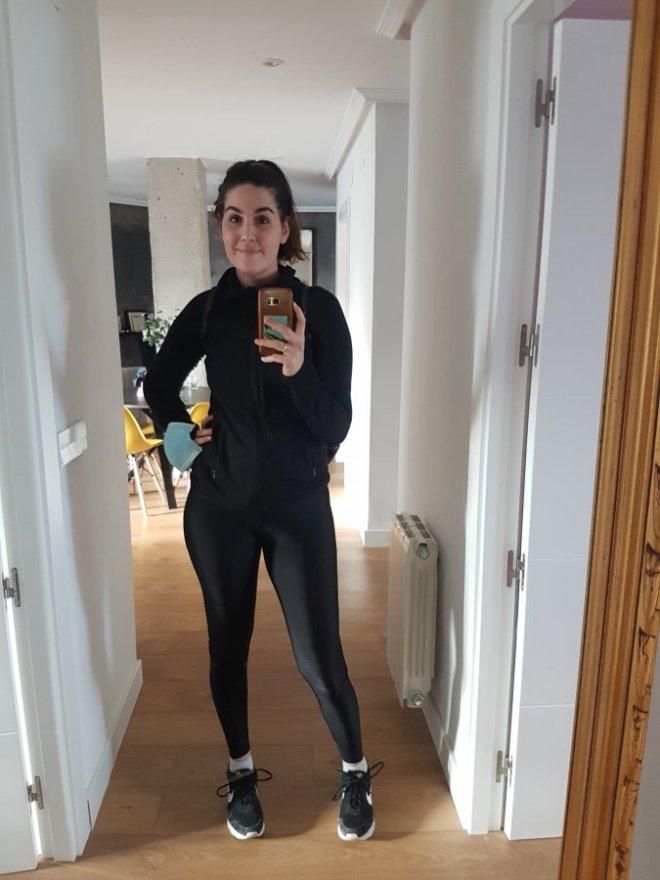 No faltar a una cita con pilates es una prioridad en mi cuidado de la salud mental. Mujer en ropa deportiva.