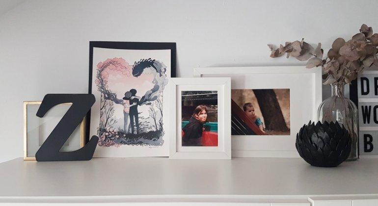 Composición decorativa con fotos de mi misma, una lámina de Alfonso Casas y decoración variada en blanco, negro y dorado