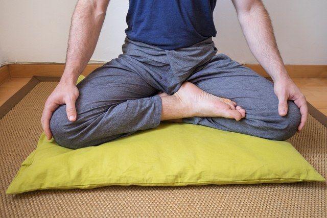 Posición de cuarto de loto (postura de meditación)