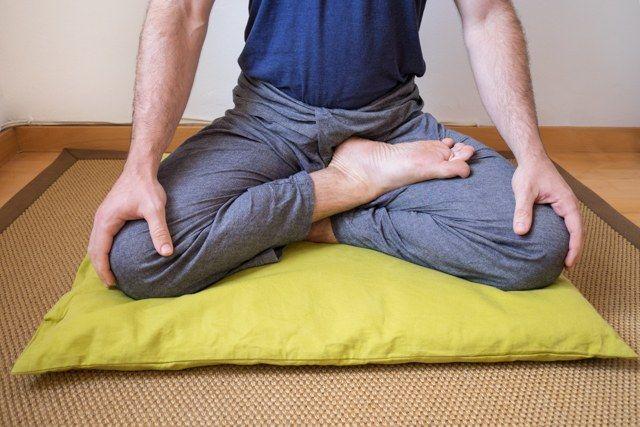 Postura de medio loto (meditación)