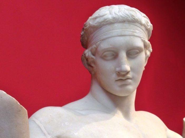 Escultura griega clásica de joven con diadema