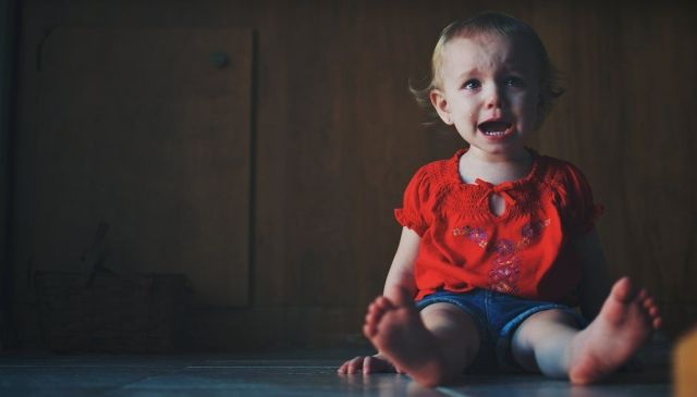 No llores, no pasa nada (fotografía de niña pequeña llorando)