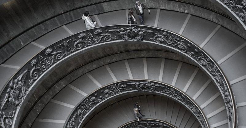 Fotografía de unas personas en unas escaleras de caracol