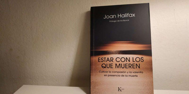Fotografía del libro Estar con los que mueren. Cultivar la compasión y la valentía en la presencia de la muerte de Joan Halifax (Editorial Kairós)