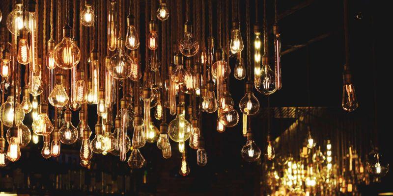 Fotografía de muchas bombillas distintas encendidas en la oscuridad