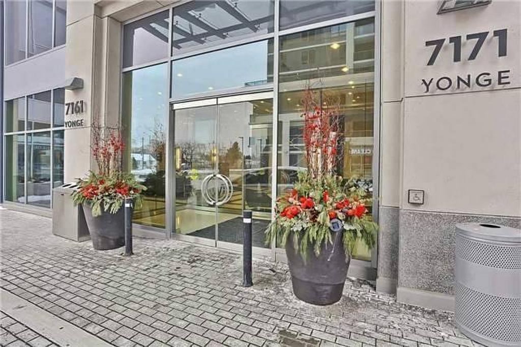 World on Yonge Condos Entrance