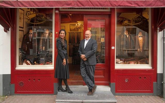 Sonja en Pieter, eigenaren P.J.M. Conemans voor kledingzaak Springweg 6 te Utrecht
