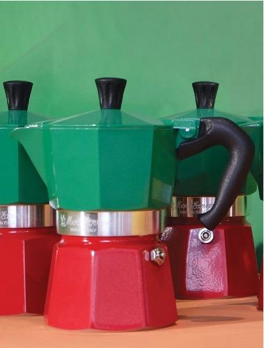 Imagem com uma cafeteira nas cores verde e vermelha. Simboliza a tendencia de cores para 2019.
