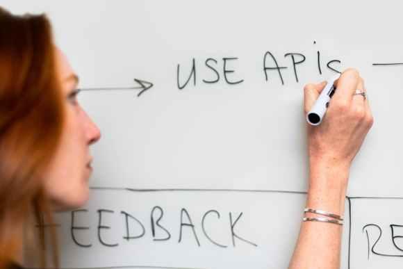 headless commerce uses APIs