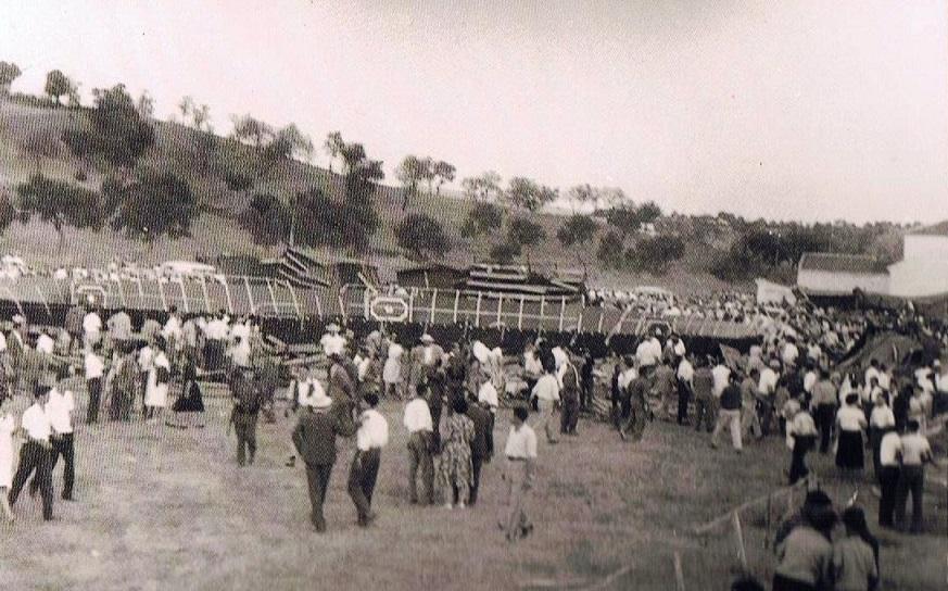 Todo el mundo deambulando de un sitio a otro y ya localizando y conversando con los suyos. 17 de agosto 1961.