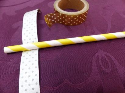 1 : Prenez un bout de Masking Tape suffisamment long. Positionnez-le à quelques centimètres du haut de la paille