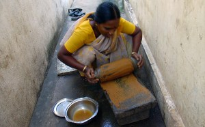 indian_lady_grinding_spices