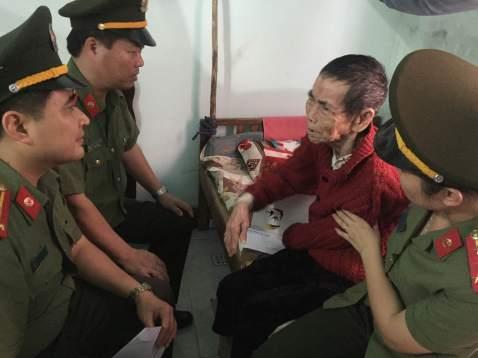 Bà Từ Thị Diễn cảm động khi được CBCS Công an Quảng Bình và Công an Thành phố Hà Nội đến thăm
