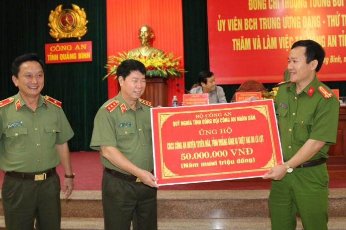 Đồng chí Thượng tướng Bùi Văn Nam, Ủy viên Trung ương Đảng, Thứ trưởng Bộ Công an trao tặng số tiền 50 triệu đồng cho Công an huyện Tuyên Hóa, tỉnh Quảng Bình