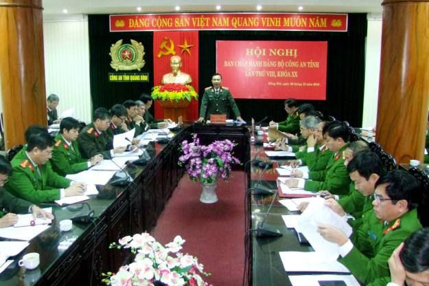 Thừa ủy quyền của Chủ tịch nước, Đại tá Hà Xuân Tuấn – Phó giám thị Trại giam Đồng Sơn trao quyết định Đặc xá cho các phạm nhân được đặc xá.