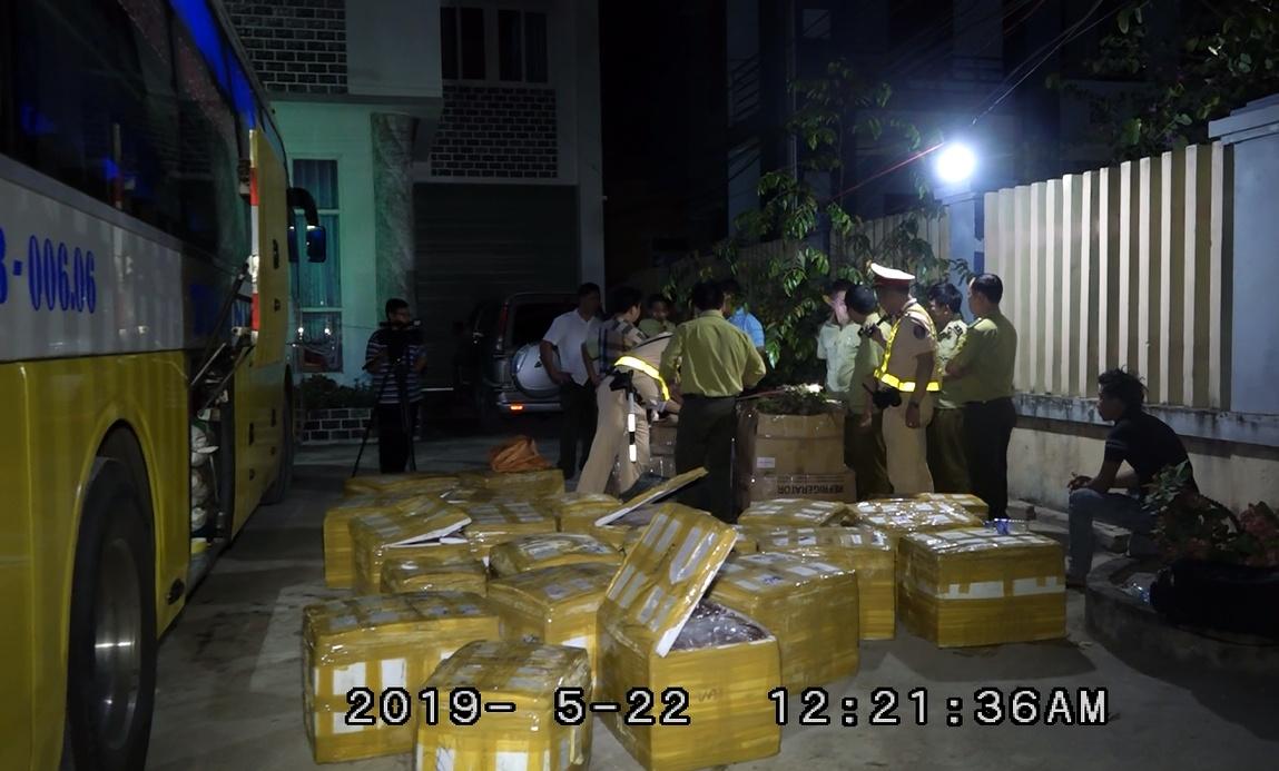 CSGT Quảng Bình bắt xe khách chở nội tạng động vật, lâm sản phụ và 1 số cá thể rắn