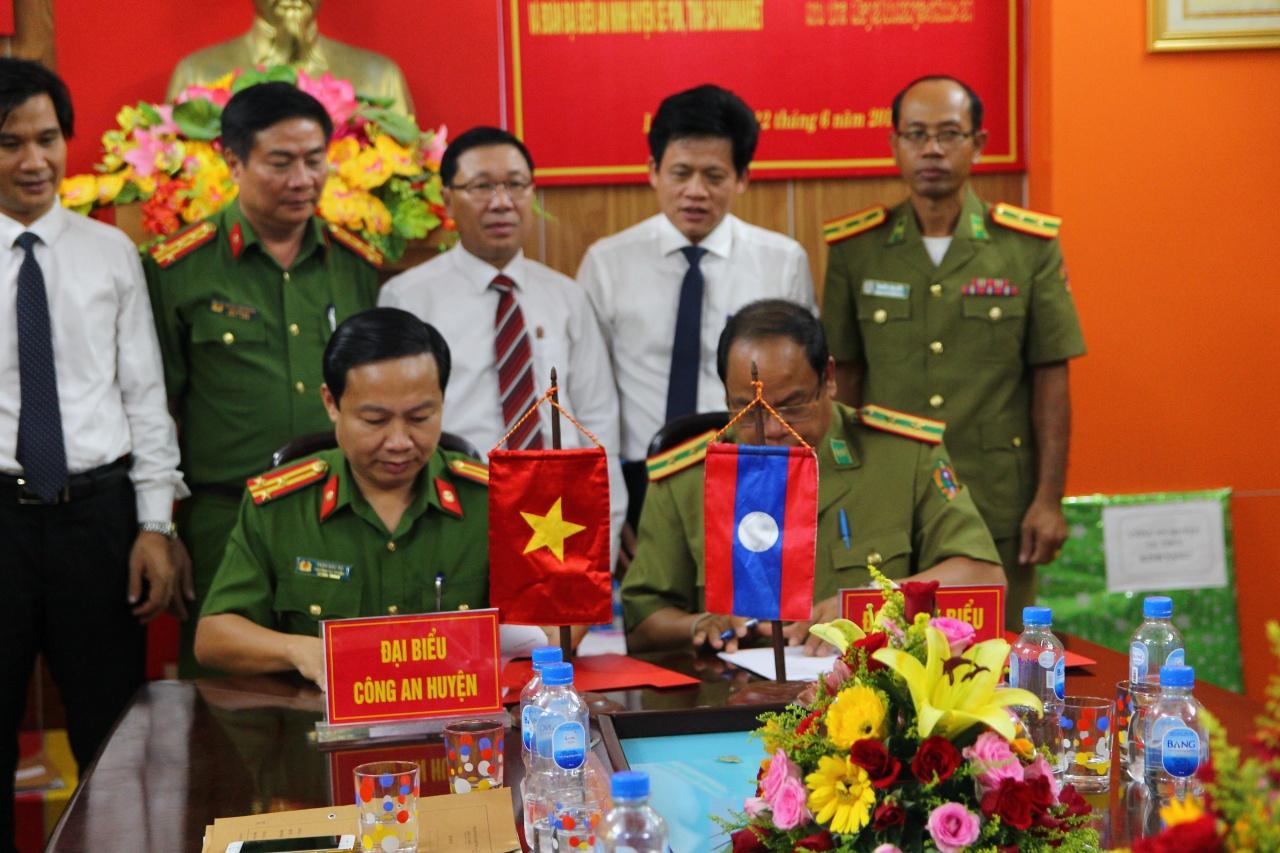 Hội đàm, ký kết biên bản ghi nhớ giữa Công an huyện Lệ Thủy và An ninh huyện Sê Pôn