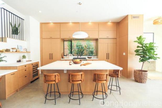 Khu vực đảo bếp khá rộng, màu trắng được lựa chọn cho đảo bếp kết hợp ăn ý với tông màu chính mang lại vẻ đẹp hiện đại, sạch sẽ và rộng thoáng cho căn bếp.
