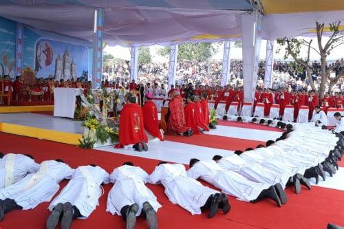 GP.VINH: Thánh lễ truyền chức Linh mục và Bế mạc Năm Thánh mừng kính các Thánh Tử đạo Việt Nam