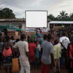 1175648-des-habitants-d-un-village-de-pygmees-baka-attendent-la-projection-d-un-film-sur-l-ecran-geant-du-ci