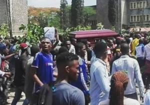 UNIKIN: les cercueils de 2 étudiants tués trimbalés par leurs camarades