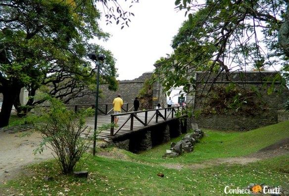 Portal de Campo com a muralha, em Colonia del Sacramento.