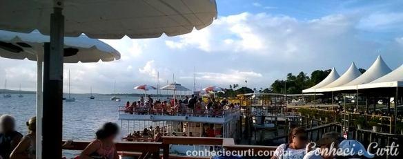Os catamarãs e mais à direita os bares.