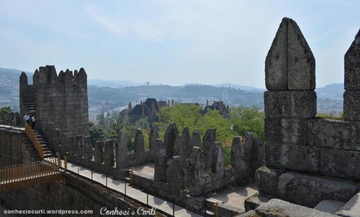 O Castelo de Guimarães e ao fundo O Paço dos Duques.
