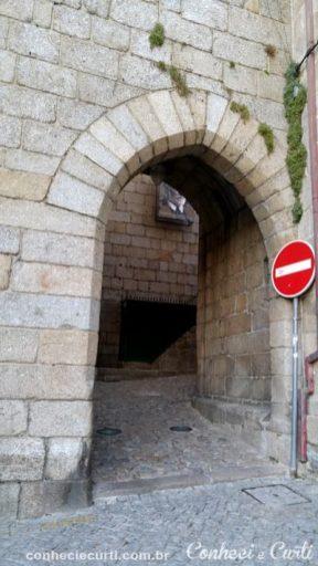 Passagem sob a torre em Guarda, Portugal.