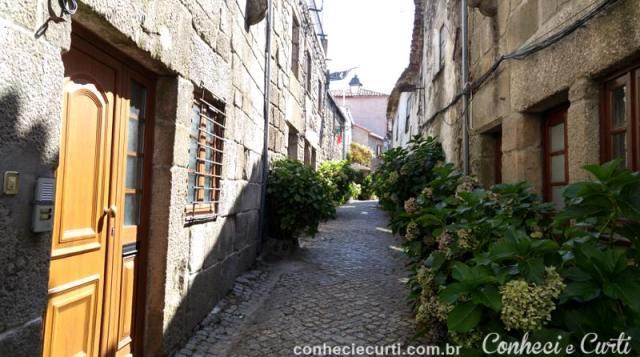 Uma linda rua de Trancoso na subida para o Castelo