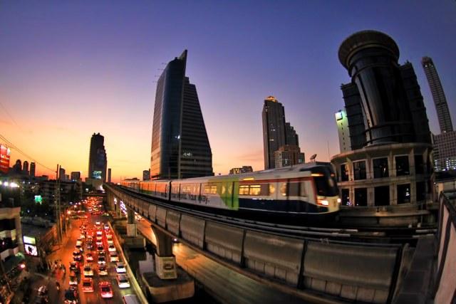 BTS cruzando a cidade.