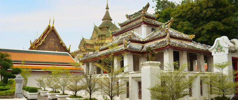 Jardim de templo budista em Bangkok.