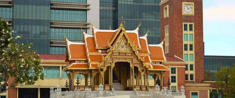 Templo budista em meio a prédios modernos em Bangkok.