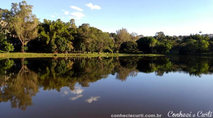 O lago do Parque das Águas de Caxambu.