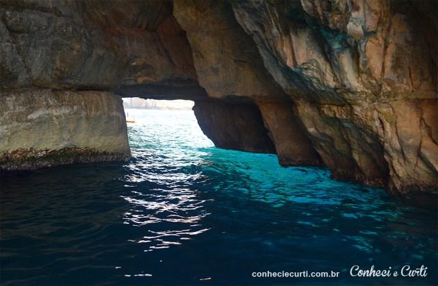 Água na Blue Grotto quase brilha