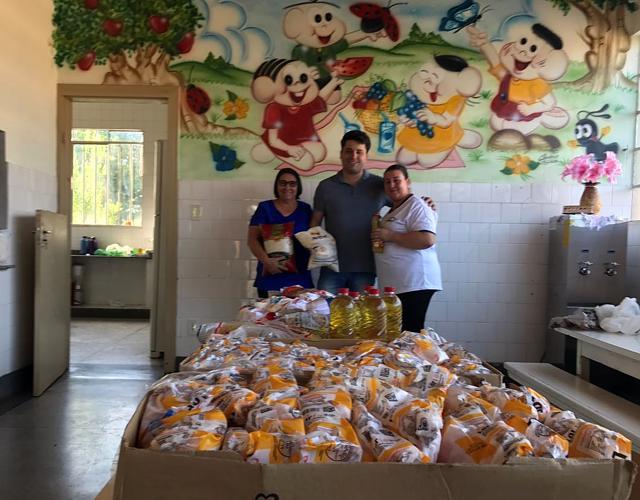Prefeito Flávio Zanrosso entregando os alimentos arrecadados.