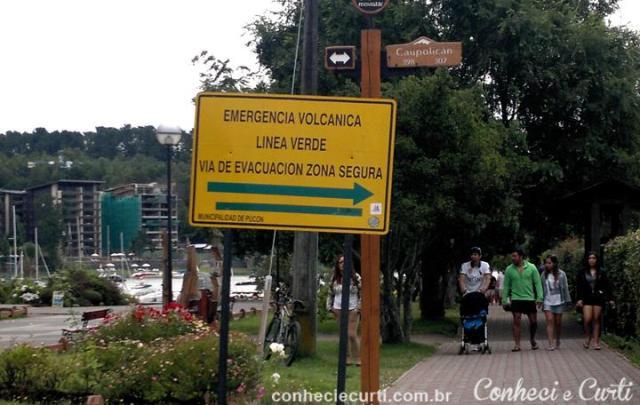 Placa mostrando o caminho para saída de emergência vulcânica. Pucón, Chile