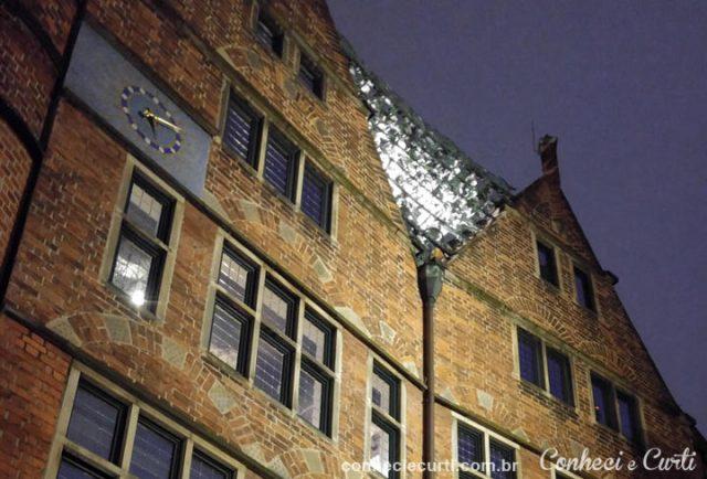 No alto do edifício, o carrilhão composto por 30 sinos em Böttcherstrasse , Bremen.