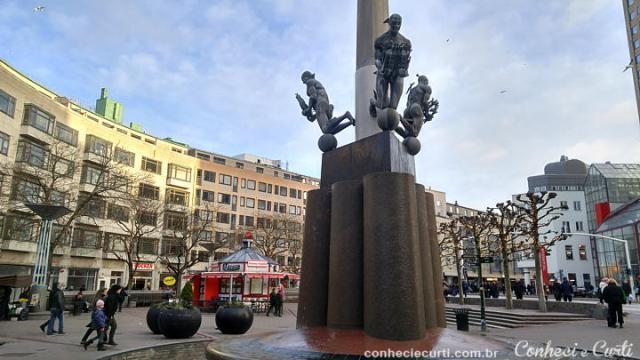 Malmö e suas estátuas.