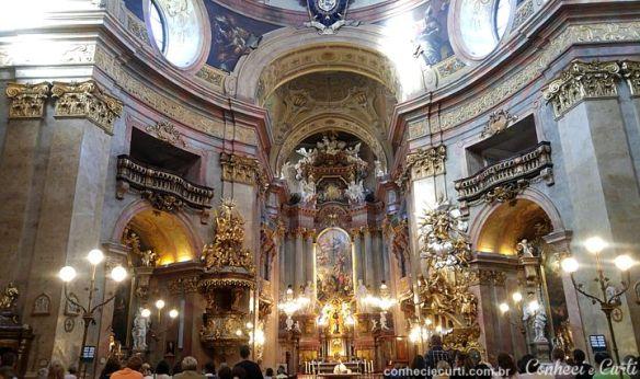 Interior da Igreja de São Pedro em Viena, Áustria.