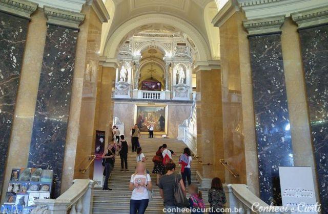A escadaria de entrada do Museu de História Natural, Viena.