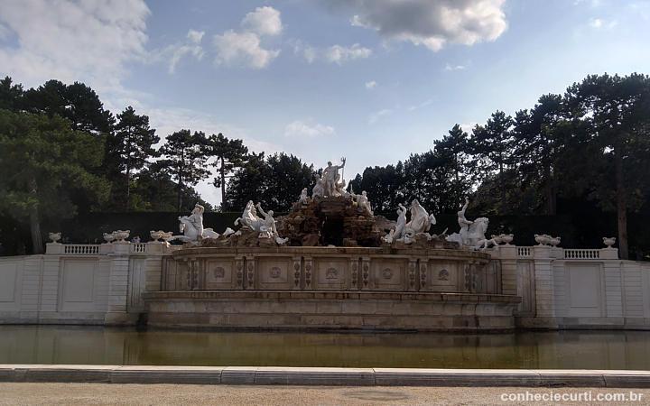 A fonte de Netuno em Schönbrunn, Viena.