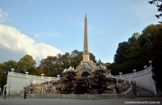 A fonte Obelisco em Schönbrunn.