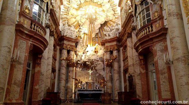 O interior da Igreja de São Carlos Borromeu (Karlskirche)