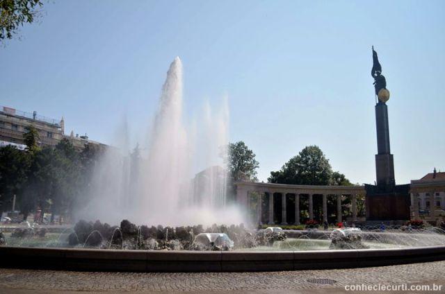 Fonte Hochstrahlbrunnen e o Monumento ao Exército Vermelho