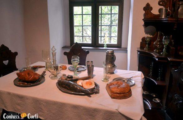 Castelo de Orava, Eslováquia. A mesa posta com utensílios da época
