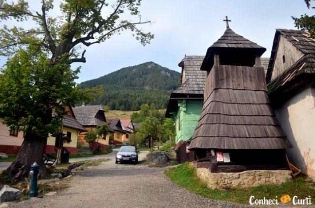 Antiga torre sineira de Vlkolínec, Eslováquia.