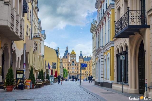 O castelo de Schwerin aos fundos do centro da cidade